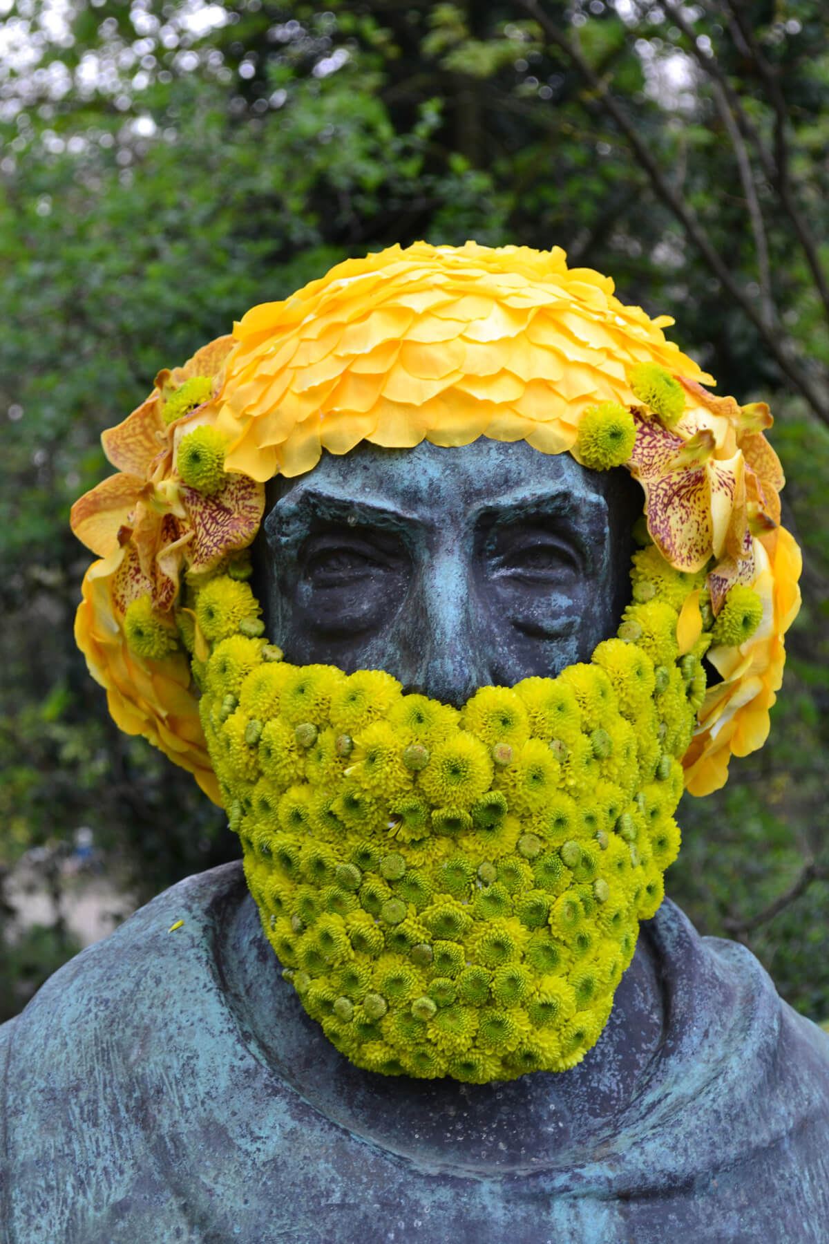 brüsszeli szobrok virágdíszben